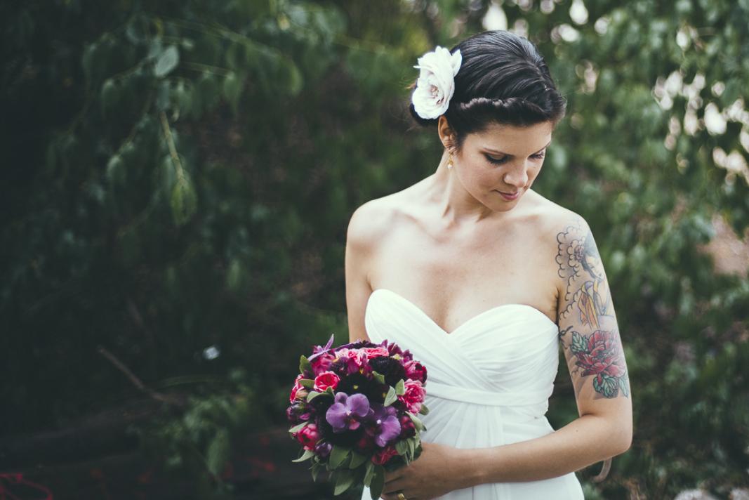 Salon Zwei Braut mit natürlichem Make Up und lockere Hochsteckfrisur