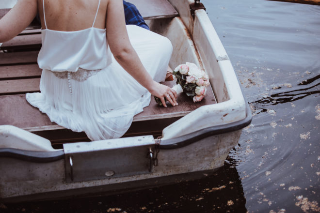 Braut auf Tretboot