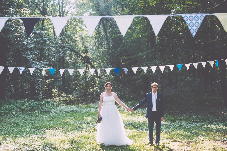 Brautpaar Hand in Hand, Salon Zwei natürliches Braut Make Up und Brautfrisur
