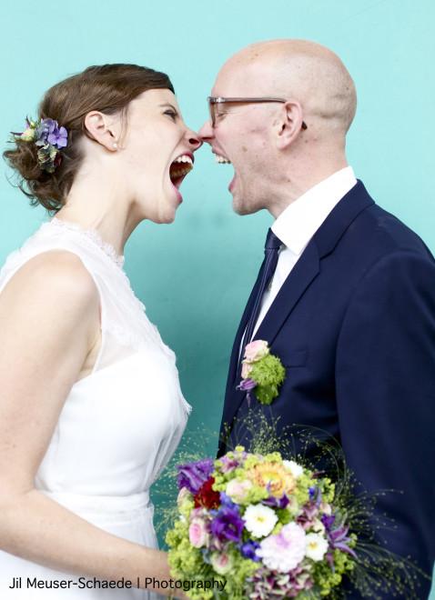 Brautpaar Salon Zwei Braut Make Up lockere Brautfrisur mit Wildblumen