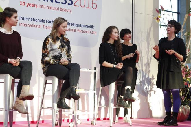 Claudia Schaaf und Kathrin vom Salon Zwei beim Schminken auf der Vivaness Bühne