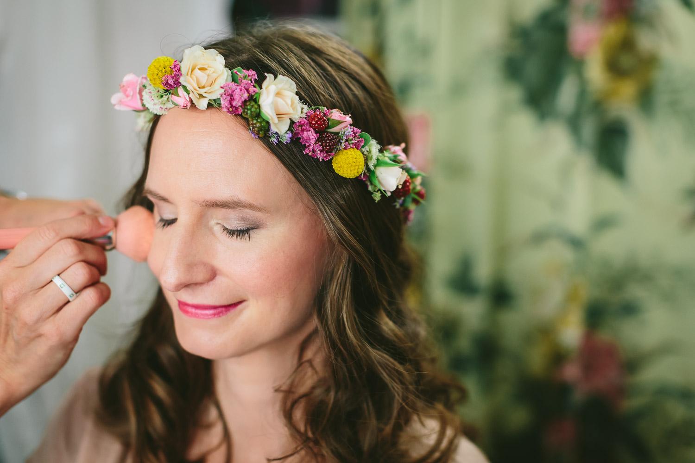 Salon Zwei Braut Make Up im Schminksalon lockere Brautfrisur mit Blumenkranz
