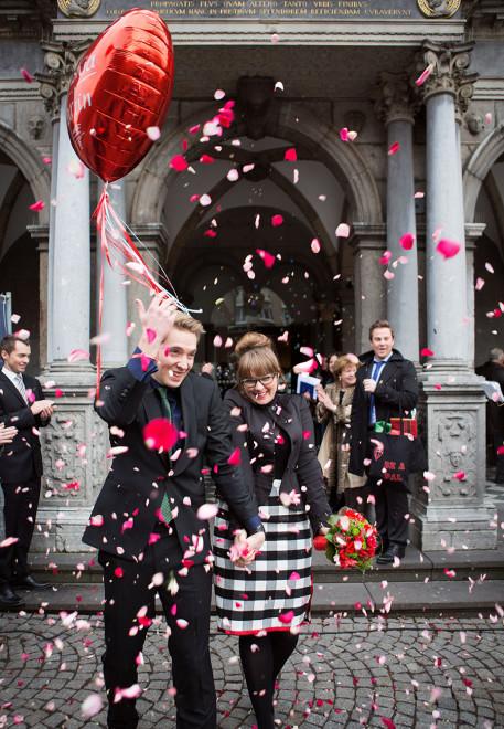 Salon Zwei Brautpaar vor dem historischen Rathaus in Köln